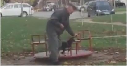 A alegria do idoso com o seu cachorro no carrossel é contagiante. (Foto: Twitter/@akkitwts)