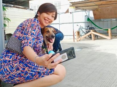 Os visitantes do shopping adoram tirar uma foto com Dogdog. (Foto: Facebook/DZMM TeleRadyo)