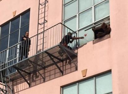 Dois policiais tentaram convencê-lo a se entregar. (Foto: CHP San Francisco)