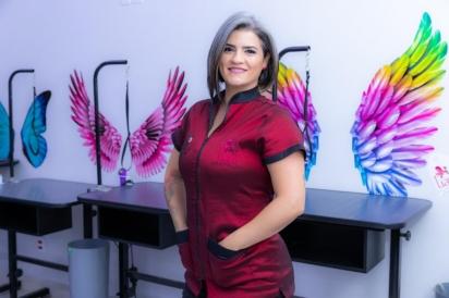 Natália Espinosa Marins, diretora da Uau Escola especializada em banho, tosa e estética animal, localizada na cidade de Sorocaba. (Foto: Divulgação/JF Gestão de Conteúdo)