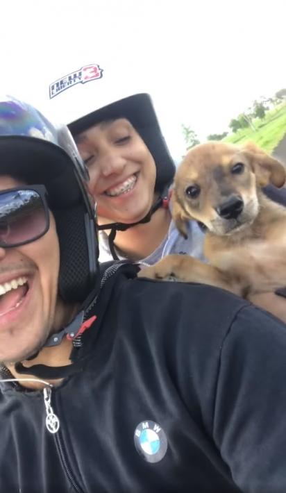 O casal Carlinhos Lemes e Emilly Ramires resgataram uma cadelinha que encontraram em uma rodovia no Mato do Grosso do Sul. (Foto: Facebook/Carlinho Lemes)