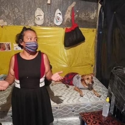 Doña Any com o seu cachorro Osito. Eles têm recebido apoio do grupo Sé Feliz Guatemala, que tem ajudado pessoas nesse período de pandemia. (Foto: Instagram/sefelizguate)