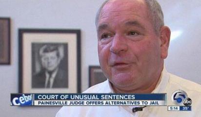O juiz federal Michael Cicconetti é conhecido por sentenciar de maneira criativa os condenados. (Foto: Reprodução / ABC News)