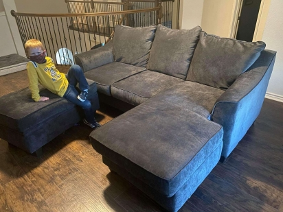 Caylee comprou o sofá no Facebook Marketplace. (Foto: Arquivo Pessoal/Caylee Gilson)