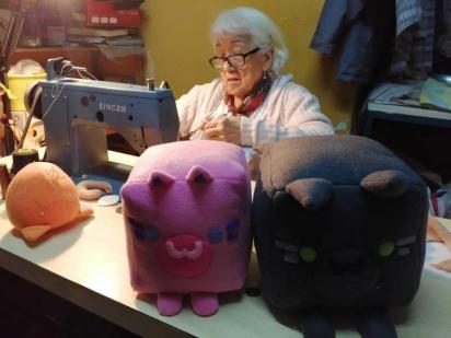 Mesmo com as vendas baixas, dona Dora se mantém com o objetivo de ajudar o abrigo. (Foto: Reprodução/Wapa)