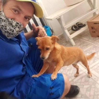 Tiago com o cachorro Bisnaguinha. (Foto: Instagram/martinsgas1984)