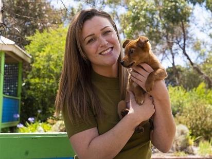 Nicole adotou um dos filhotes e o nomeou Angel. (Foto: Reprodução/RSCPA)