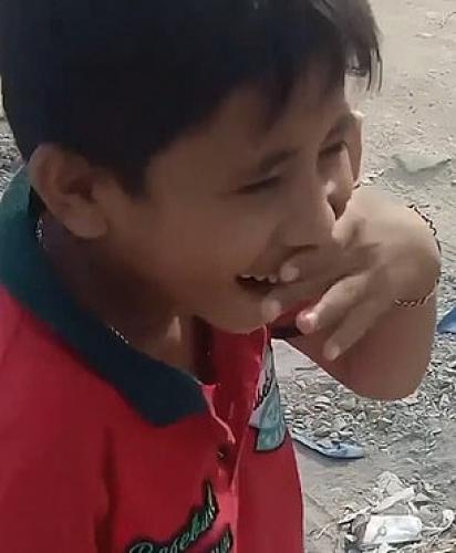 San Eang e o seu filho (foto) caíram na risada pelo fato do cachorro ter fingido paralesia. (Foto: Reprodução/ViralPress)