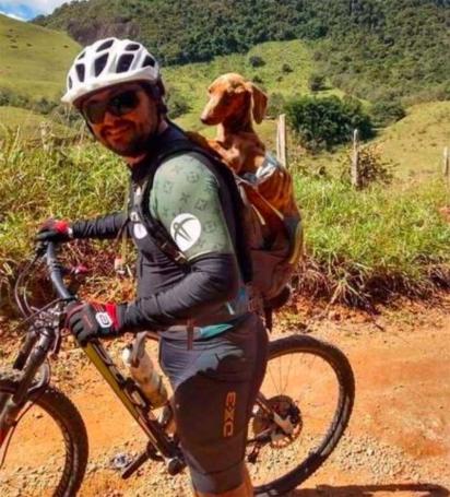 Comovidos com a situação a dupla de ciclistas resgataram o cachorrinho. (Foto: Instagram/pelanka_dachsund)