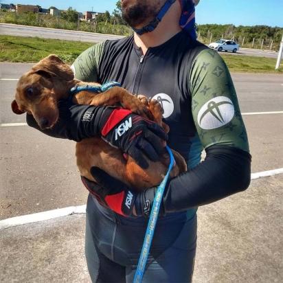 O percurso foi exaustivo, mas eles não desistiram do cachorrinho. (Foto: Instagram/pelanka_dachsund)