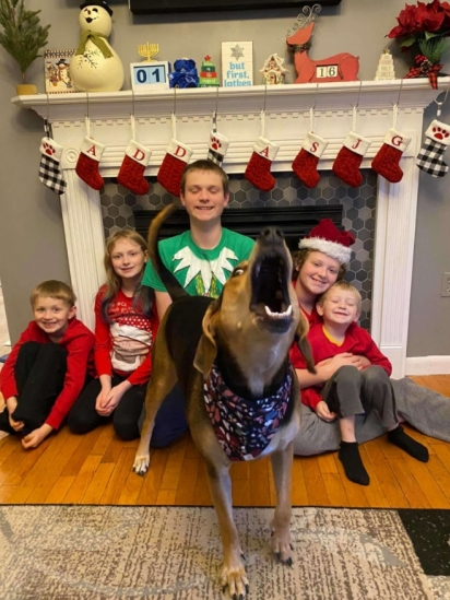 O cartão de Natal é feito todos os anos pela família e esse ano resolveram incluir a cadelinha Penny na foto. (Foto: Arquivo Pessoal/Deanna Greenstein)