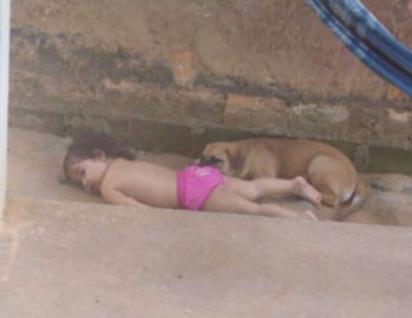 Annabell não se importou nenhum pouquinho em dormir no chão com os seus amigos peludos. (Foto: Arquivo Pessoal/Lawria Melo)