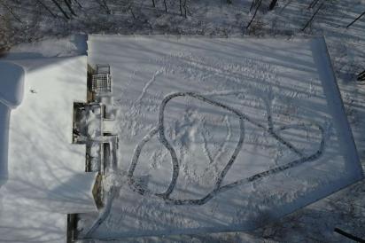 Hughes criou um labirinto na neve para que seus cães pudessem se divertir durante a nevasca. (Foto: Facebook/Chris Hughes via Dogspotting Society)
