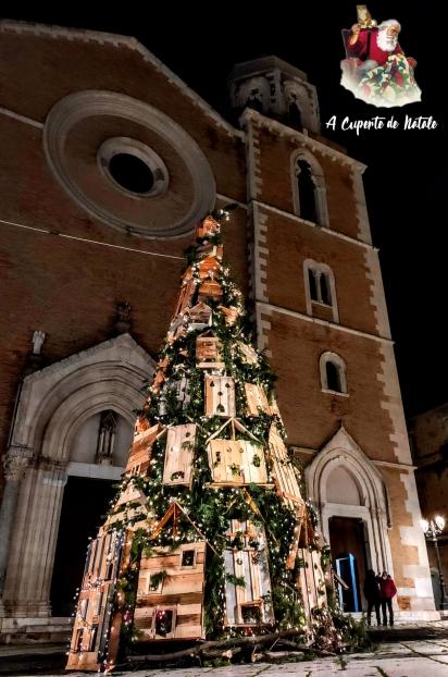 Na cidade de Lucera, na Itália, uma árvore foi decorada em uma praça para conscientizar sobre a importância do fique em casa. (Foto: GIUSEPPE FERRO / Facebook)
