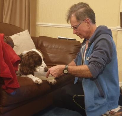 Homem leva água para o seu cachorro idoso beber. (Foto: Facebook/Catherine Morris via Dogspotting Society)