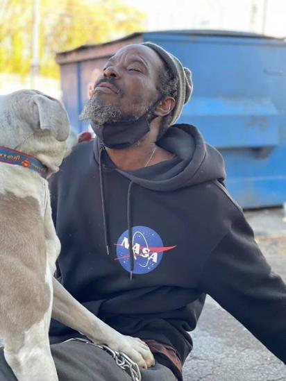 Morador de rua ajuda animais de abrigo a se salvarem de incêndio em Atlanta, EUA. (Foto: Facebook/ W-Underdogs)