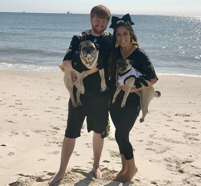 O casal com dois dos seus cães. (Foto: Reprodução/Mercury Press & Media Ltd)