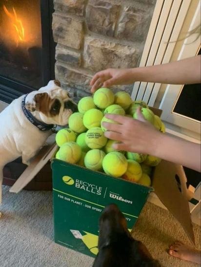 Katie comprou uma caixa com 350 bolas para Noora e seus irmãos. (Foto: Arquivo Pessoal/Katie Swartout)