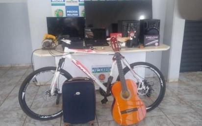 Polícia conseguiu recuperar objetos furtados da casa. (Foto: Divulgação/Polícia Militar)