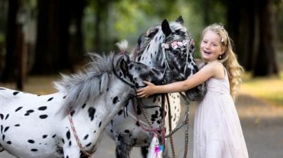 Os amigos adoram a filha de Greetje, Jolie, de sete anos. (Foto: Caters News Agency)