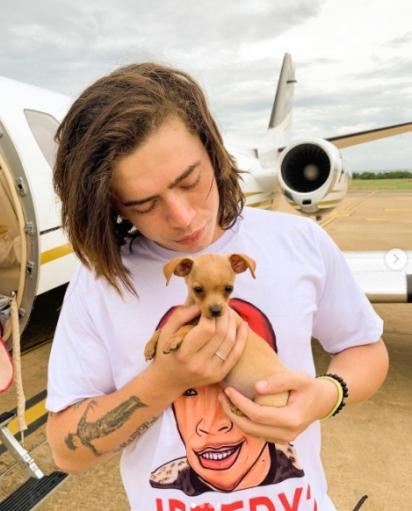 A cachorrinha com seu dono Whinderson Nunes. (Foto: Instagram/@whinderssonnunes)