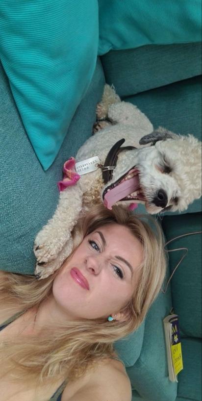 O cachorrinho Gizmo com a sua dona Lottie Cooper. (Foto: Facebook/People & Puppers)