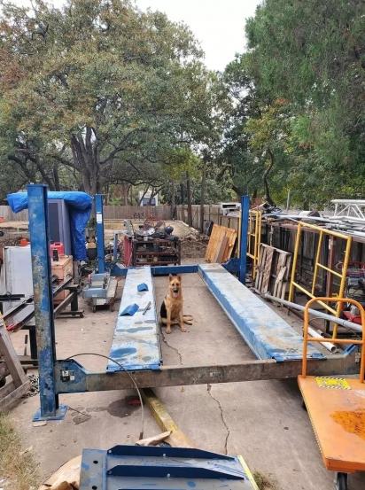 Mariano e Esmeralda Rendon construíram uma ferrovia no pátio de casa para os cães.