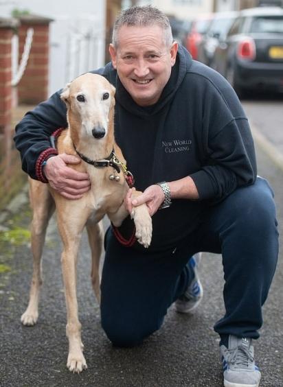Russel Jones gastou mais de R$ 2.000,00 no veterinário, para descobrir que o seu cão mancava por fingimento.
