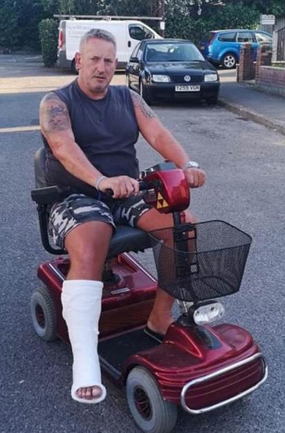 Russel Jones ficou com o pé engessado por cerca de sete semanas e quando tirou o gesso o seu cão Billy deixou de mancar.