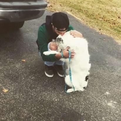 Foto do dia em que Curtis buscou seu cachorro no abrigo. Agora, ZIB ama abraços.