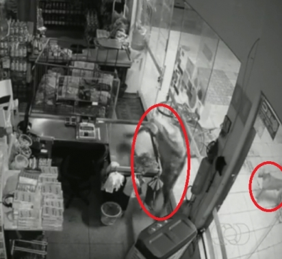 O assaltante abriu o caixa e levou o dinheiro.