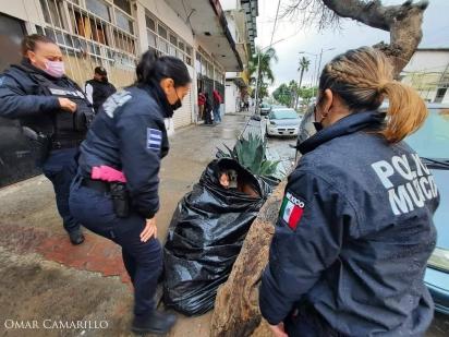A policial municipal conversa com Soledad para convencê-la a se deslocar para um abrigo.