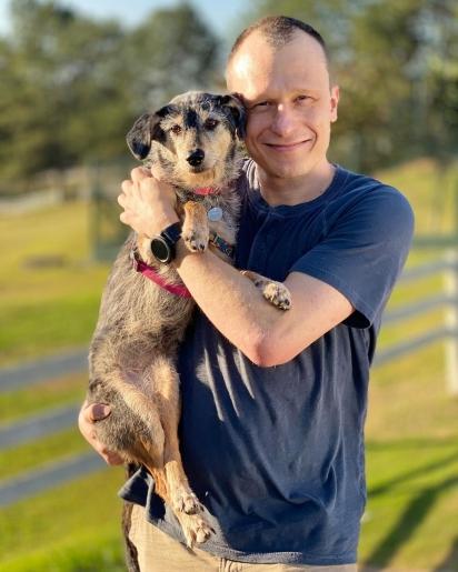 Alexandre Rossi e sua fiel e famosa companheira canina, Estopinha.