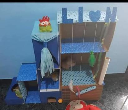 Castelo azul que Gélia fez para o seu gato.