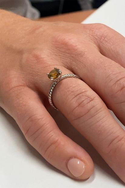 Brittany escolheu um diamante amarelo de um quilate para combinar com a cor dourada de Ollie.
