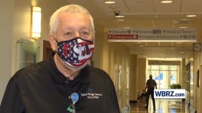 Frank Ewing é voluntário no hospital Baton Rouge General com o seu cão Finn.