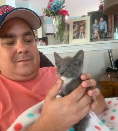 Com oito semanas de vida, Thumper encontrou um lar amoroso e está muito feliz.