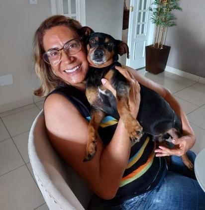 O cachorrinho Nick com a sua dona Belízia, depois de mais de duas semanas de recuperação.