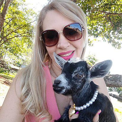 A mini cabra, Antônia, com a sua dona, Suely Inácio de Moura.