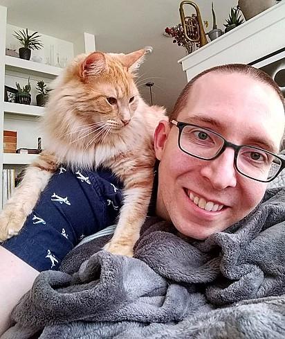 O felino adora se acomodar nas costas de Aaron.