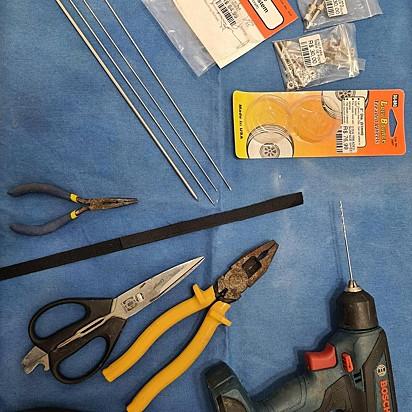 Os materiais utilizados pela veterinária Maria Ângela Panelli vieram do aeromodelismo e foram trabalhados com instrumentos de oftalmologia.