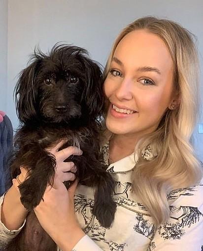 Charlotte Beard junto com a cachorrinha Alice.