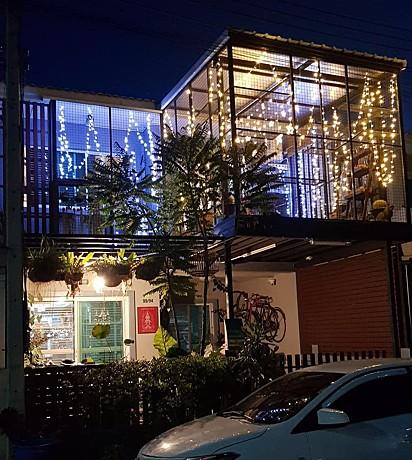 O ambiente foi decorado com cordão de LED em formato de estrelas.