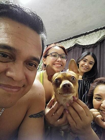 O cachorrinho Odin com a sua família mexicana.
