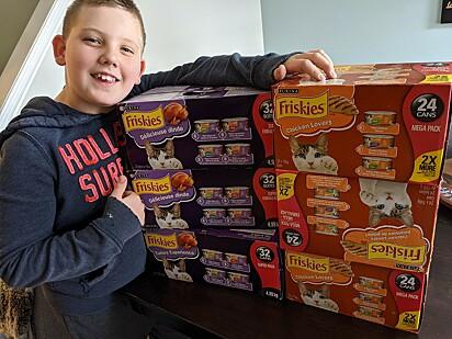 O garotinho passou a arrecadar alimentos para pets desde o seu aniversário de oito anos.