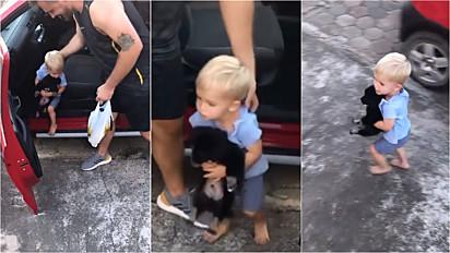 O bebê surpreendeu a sua mãe ao chegar com um filhote de cachorro.
