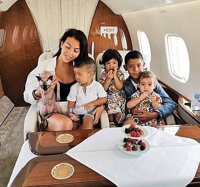 O gato com os filhos e a namorada de Cristiano Ronaldo.