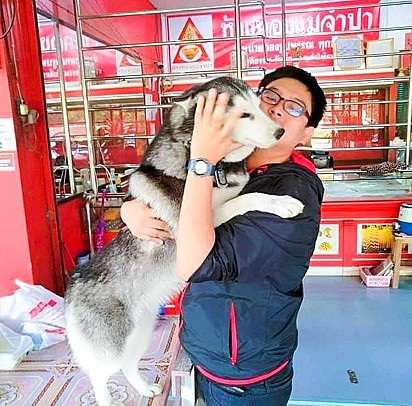 O cachorrinho Lucky com o seu dono Worawut.