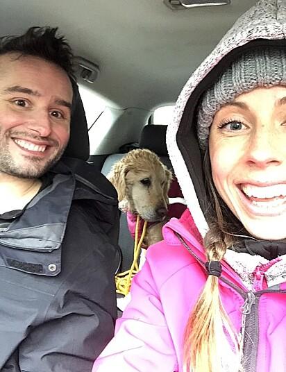 O casal Ciara Nolan e Jean-François Bonnet logo após ter resgatado a cadela Neesha.