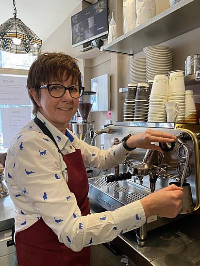 Kay Allen, antes enfermeira, decidiu empreender em uma cat cafe (cafeteria com presença de gatos que é popular em países da Europa).